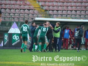 Bucaro festeggiato dalla squadra al 2-0