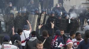 I disordini durante la festa del PSG (foto: lefigaro.fr)