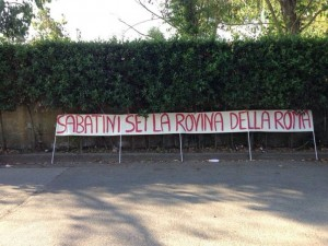 Lo striscione dei tifosi della Roma (foto:romatoday.it)