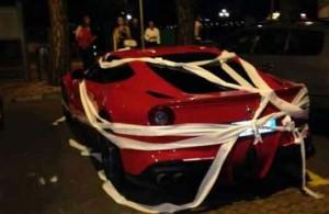 La Ferrari di Balotelli avvolta dalla carta igienica