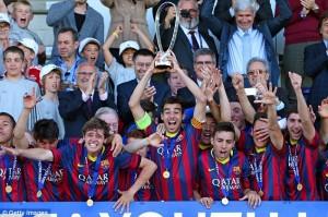 I calciatori del Barcellona alzano la coppa al cielo di Nyon (foto www.dailymail.co.uk)