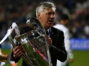 Ancelotti posa con la Coppa Campioni  (foto Reuters)