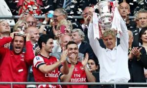 Wenger alza al cielo di Wembley la FA Cup  (foto www.theguardian.com)