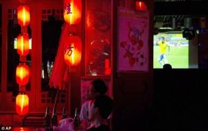 Cinesi assistendo a Brasile-Croazia in un ristorante (foto www.dailymail.co.uk)