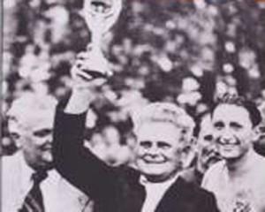 Vittorio Pozzo alza la Coppa del Mondo del 1938  (foto www.sport1.de)