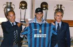 Anno 1997, Ronaldo presentato all'inter da Suarez e Mazzola  (foto www.ilpost.it)