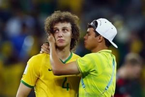 Thiago Silva consola David Luiz dopo l'1-7 contro la Germania  (foto www.eluniverso.com)