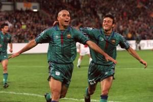 Luís Enrique festeggia Ronaldo, che ha appena segnato la rete decisiva per il Barça-PSG del 1997  (fonte foto www.the42.ie)