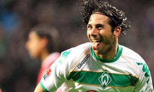 Claudio Pizarro con la maglia del Werder Brema  (fonte foto www.theguardian.com)