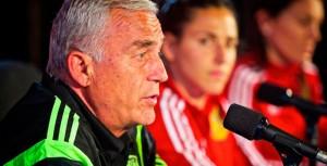 Il ct Ignacio Quereda durante una conferenza stampa, con Vero Boquete a fissarlo sullo sfondo  (fonte foto www.cope.es)