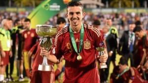 Borja Mayoral con la coppa in una mano ed il premio al capocannoniere nell'altra  (fonte foto www.www.uefa.com)
