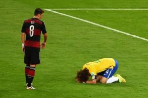 David Luiz si dispera, sotto lo sguardo di Ozil  (fonte foto www.soccerblog.dallasnews.com)