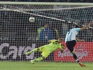 Higuaín calcia alto il rigore nella Finale di Copa America  (fonte foto www.www.diariouno.com.ar)