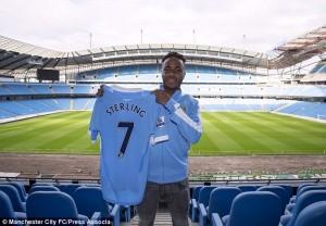 Sterling posa con la sua nuova maglia  (fonte foto www.dailymail.co.uk)