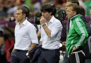 Il tecnico Low pensieroso.  La sua nazionale ha dormito dentro lo Stade de France.