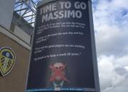 Il cartellone pubblicitario esposto dai tifosi del Leeds