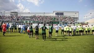 Il Pordenone abbraccia i suoi tifosi (foto: pordenonecalcio.com)
