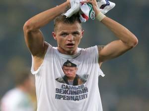 Dmitri Tarasov con la maglia pro-Putin