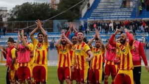 Il calciatore del Benevento esultano dopo la vittoria di Martina Franca