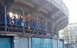 I calciatori del Pisa salutano i tifosi fuori lo stadio
