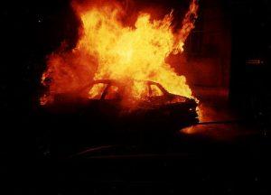 Auto incendiata (immagine di repertorio)