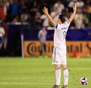 Zlatan Ibrahimovic esulta dopo un gol con la maglia dei LA Galaxy