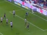 VIDEO: salta tutti come birilli e mette la palla in rete