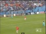 VIDEO: il portiere cincischia con la palla e l'attaccante lo infila