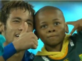 VIDEO: Bambino sudafricano invade il campo per abbracciare Neymar
