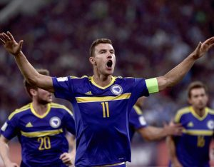Edin Dzeko con la nazionale bosniaca (Fonte: dailyexpress.co.uk)